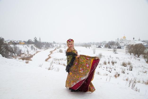 Schönes russisches mädchen in einer winternationalkleidung