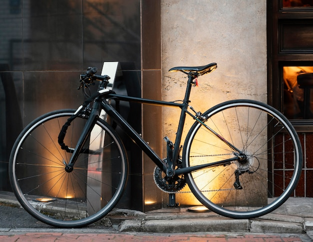 Schönes schwarzes fahrrad mit goldenem detail
