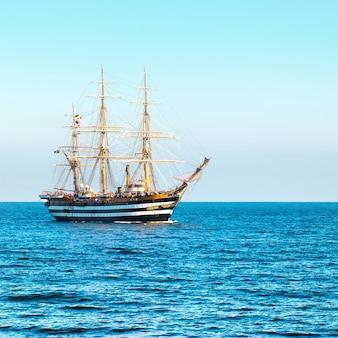 Schönes segelschiff im meer kommt in die bucht