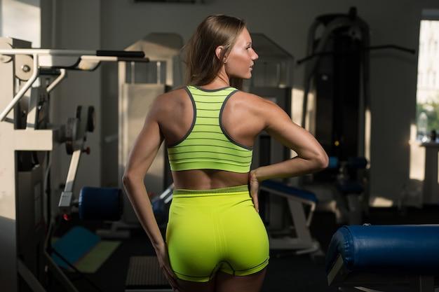 Schönes sexy athletisches muskulöses junges mädchen. mädchen wirft nach einem training auf.