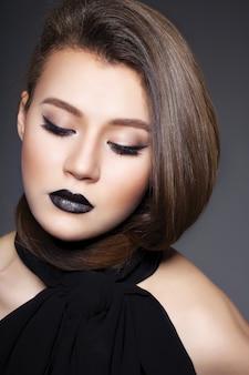 Schönes sexy mädchen mit schwarzen lippen und perfektem haar