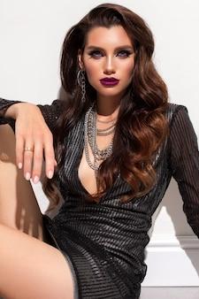 Schönes sexy modell mit hellem professionellem make-up gewelltes haar perfekte haut