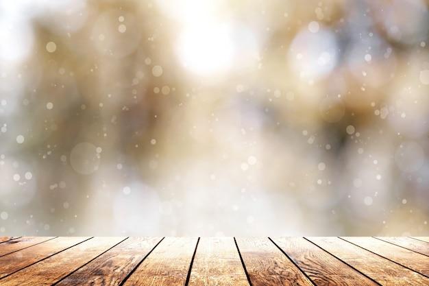 Schönes sonnenlicht im wald mit einem hölzernen plankenbodenhintergrund