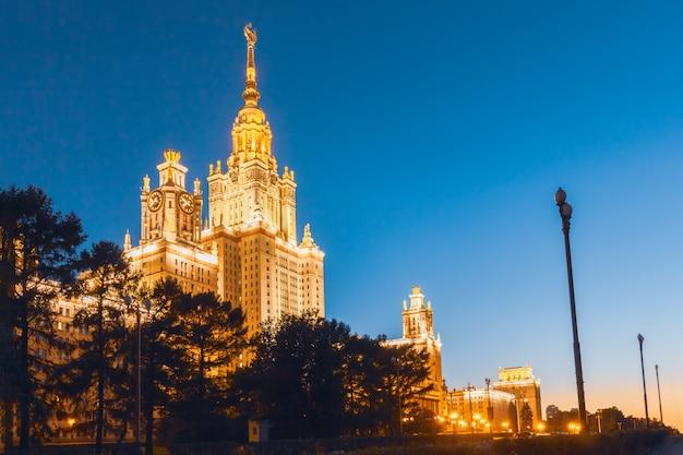 Schönes sowjetisches gebäude in universität moskaus lomonosov