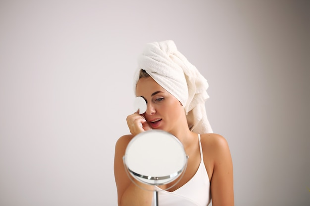Schönes spa-mädchen. ihr gesicht berühren. schönheit und gesundheit