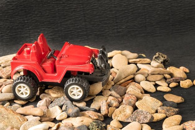 Schönes spielzeugmodell des roten jeeps