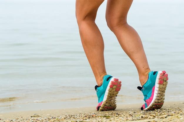 Schönes sportliches mädchen am strand