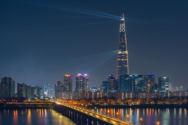 Schönes stadtbild bei lotte world tower in seoul city, südkorea.