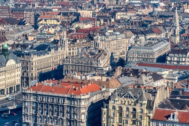 Schönes stadtbild mit historischen altmodischen gebäuden und häusern im historischen teil der stadt budapest, ungarn.