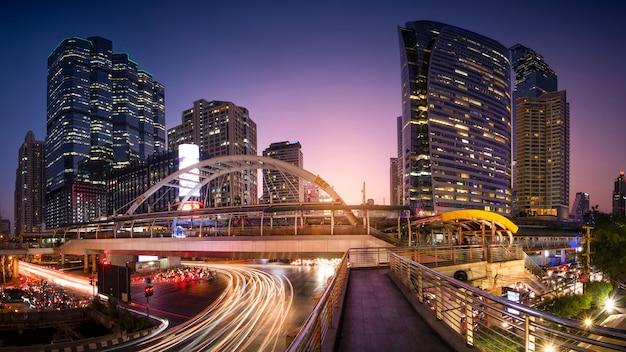 Schönes stadtbild von bangkok in der dämmerung, langes belichtungsbild des verkehrs.
