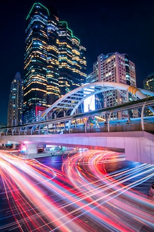Schönes stadtbild von bangkok nachts, langes belichtungsbild des verkehrs.