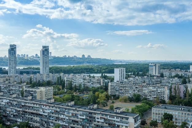 Schönes stadtbild von kiew ukraine. panorama der stadt aus großer höhe an einem strahlend sonnigen tag