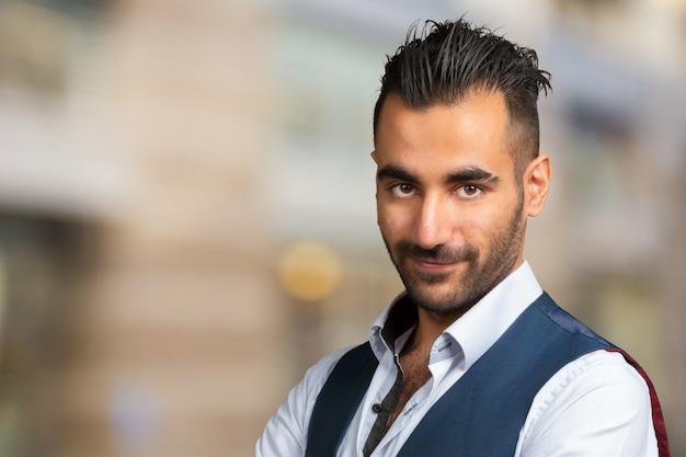Schönes stilvolles arabisches junges mann-nahaufnahmeporträt