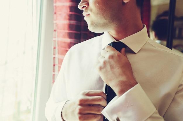 Schönes stilvolles bräutigam-dressing für die zeremonie