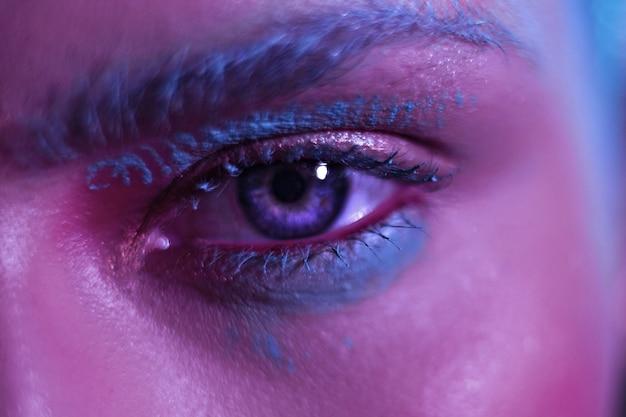 Schönes stilvolles modell mit ausgeprägten blauen augen.