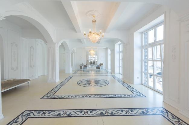 Schönes stilvolles schickes reiches sauberes helles leeres interieur