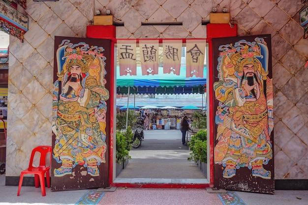 Schönes tai hong kong-schrein-eingangstor in bangkok-stadt thailand