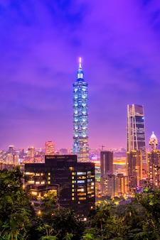 Schönes taiwan-stadtbild und gebäude taipehs 101 bei sonnenuntergang