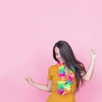 Schönes tanzen der jungen frau auf rosa hintergrund