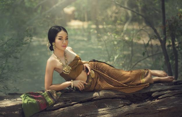 Schönes thailändisches mädchen im thailändischen traditionellen kostüm