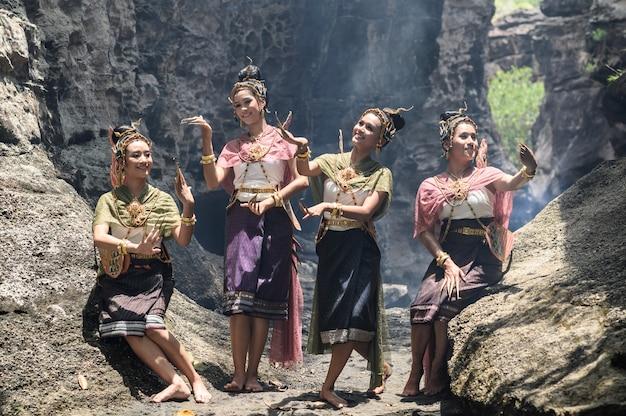 Schönes thailändisches mädchen im trachtenkleiderkostüm.