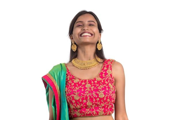 Schönes traditionelles indisches mädchen, das aufwirft