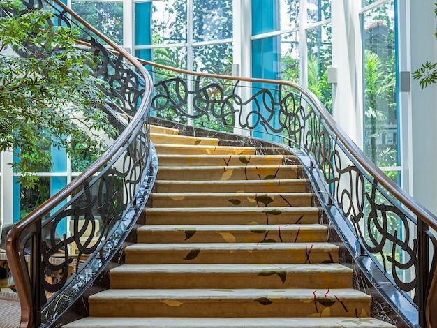 Schönes treppenhaus gelegen in bandung, indonesien