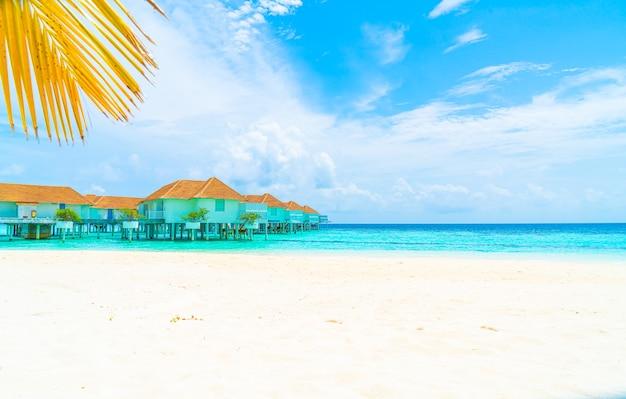 Schönes tropisches malediven-resort-hotel und -insel mit strand und meer - feiertagsferienhintergrundkonzept