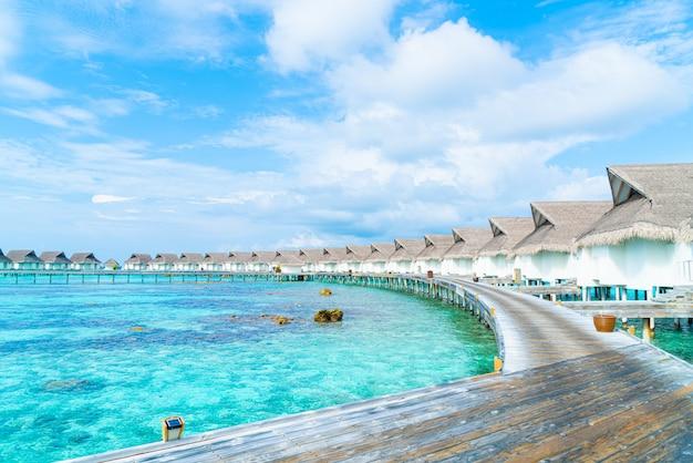 Schönes tropisches malediven-urlaubshotel und -insel mit strand und meer