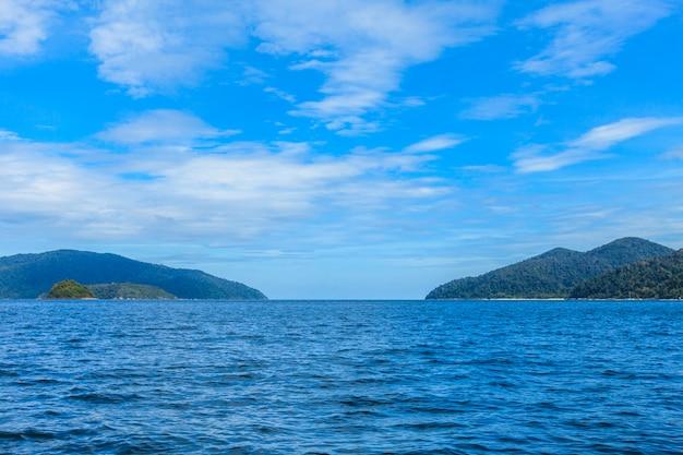 Schönes tropisches paradiesmeer und blauer himmel mit weißem sand setzen in thailand auf den strand