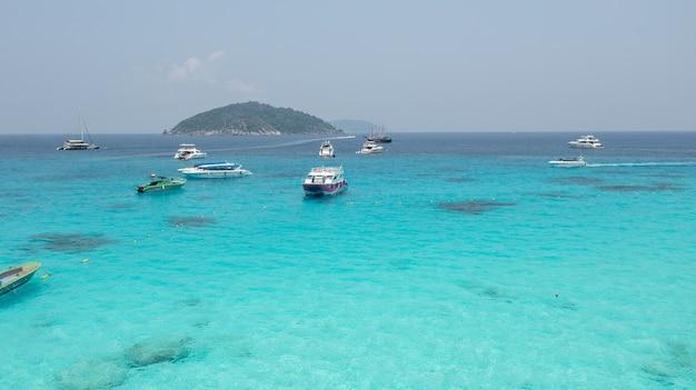 Schönes türkisfarbenes meer und weißer strandsand im sommertag naturstrandmeer im andamanenmeer südlich von thailand bei similan island thailand natur- und reisekonzept