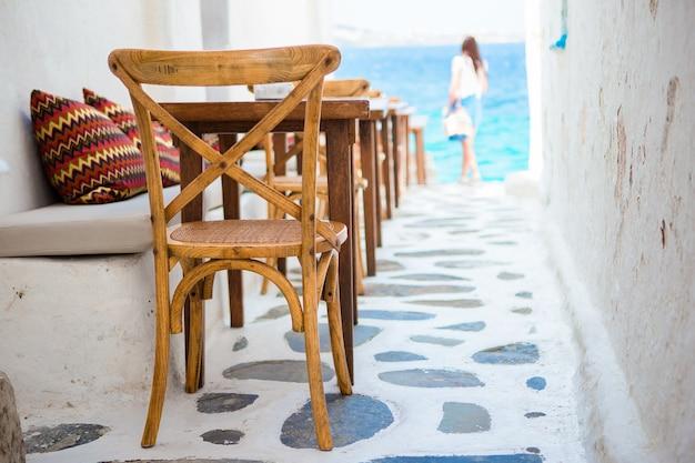 Schönes typisches griechisches café im freien in mykonos mit erstaunlichem meerblick auf die kykladen