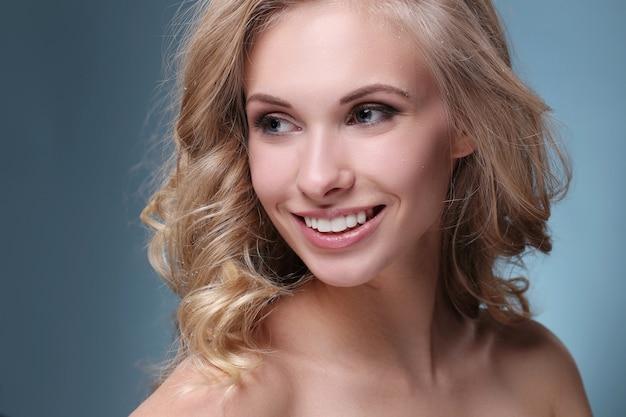 Schönes und attraktives frauenporträt