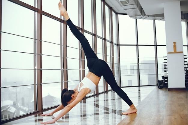 Schönes und elegantes mädchen, das yoga tut