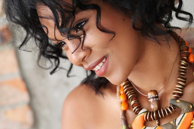 Schönes und junges kubanisches frauenporträt