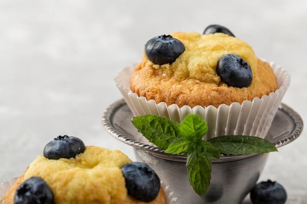 Schönes und leckeres dessert blaubeeren und minze