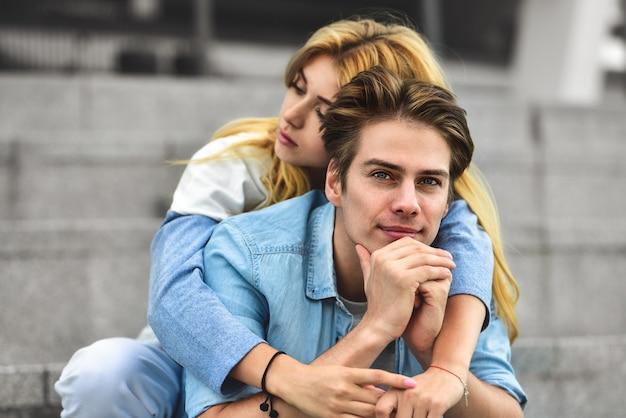 Schönes verliebtes paar, das draußen datiert und lächelt. schönes mädchen umarmt den kerl
