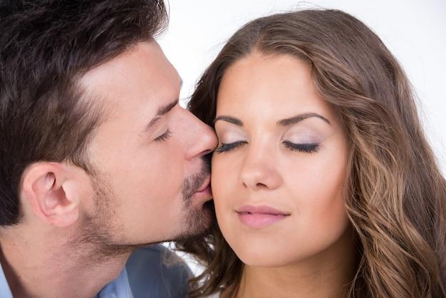 Schönes verliebtes paar küssen