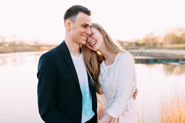 Schönes verliebtes paar, valentinstag, romantisches paar, liebe zwischen zwei menschen, der urlaub der liebenden