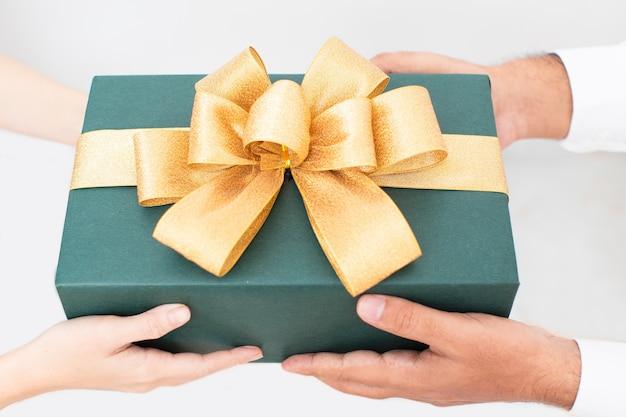 Schönes verpacktes weihnachtsgeschenk mit farbband