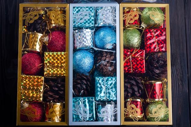 Schönes verpacktes weihnachtsspielzeug,