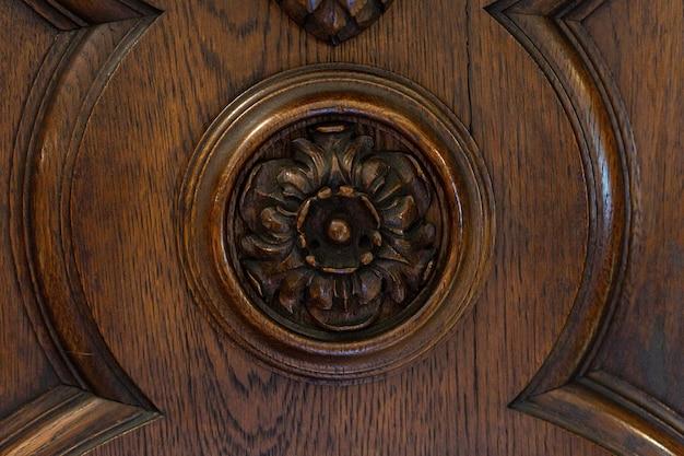 Schönes vintage geschnitztes holzornament, antikes rundes element an der decke