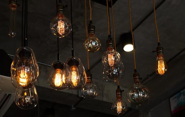 Schönes vintage luxus glühbirne hängendes dekor im dunkeln leuchtend.