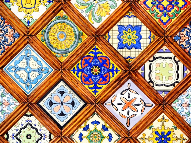 Schönes vintage-muster aus buntem buntglasfenster im marokkanischen stil hautnah. close-up klassisches muster aus holz-buntglas.