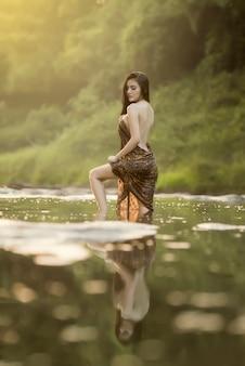 Schönes vorbildliches woman mit spritzwasser