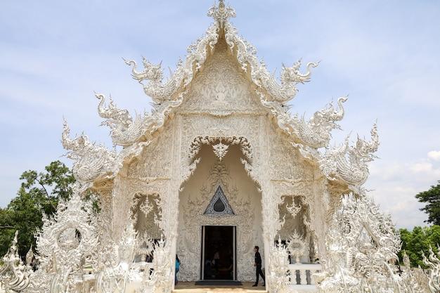 Schönes wahrzeichen ist der weiße tempel in wat rong khun in thailand