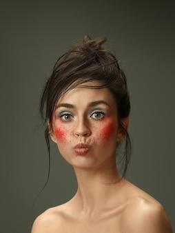 Schönes weibliches gesicht mit perfekter haut und hellem make-up