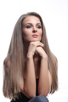 Schönes weibliches modell in bronze make-up