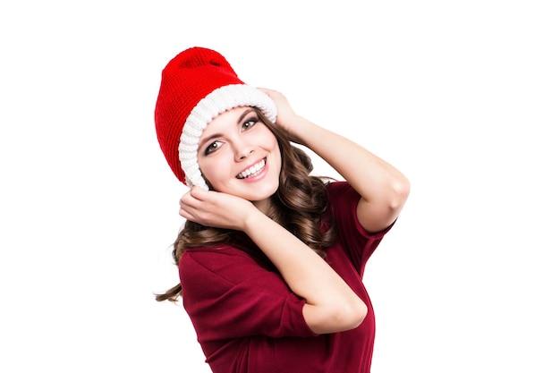Schönes weibliches modell tragen weihnachtsmütze