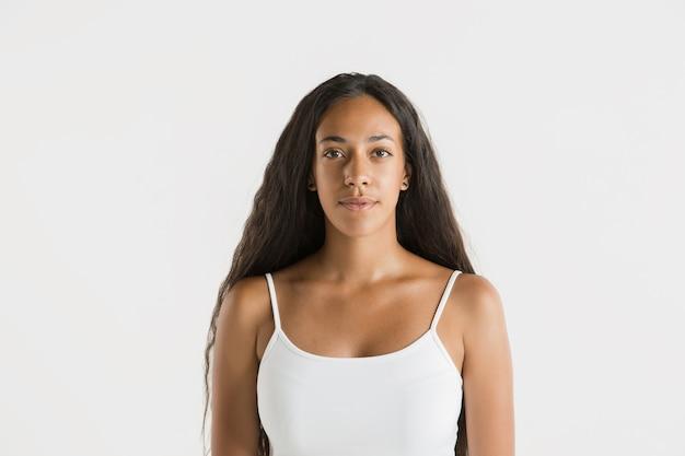 Schönes weibliches porträt der halben länge lokalisiert auf weiß